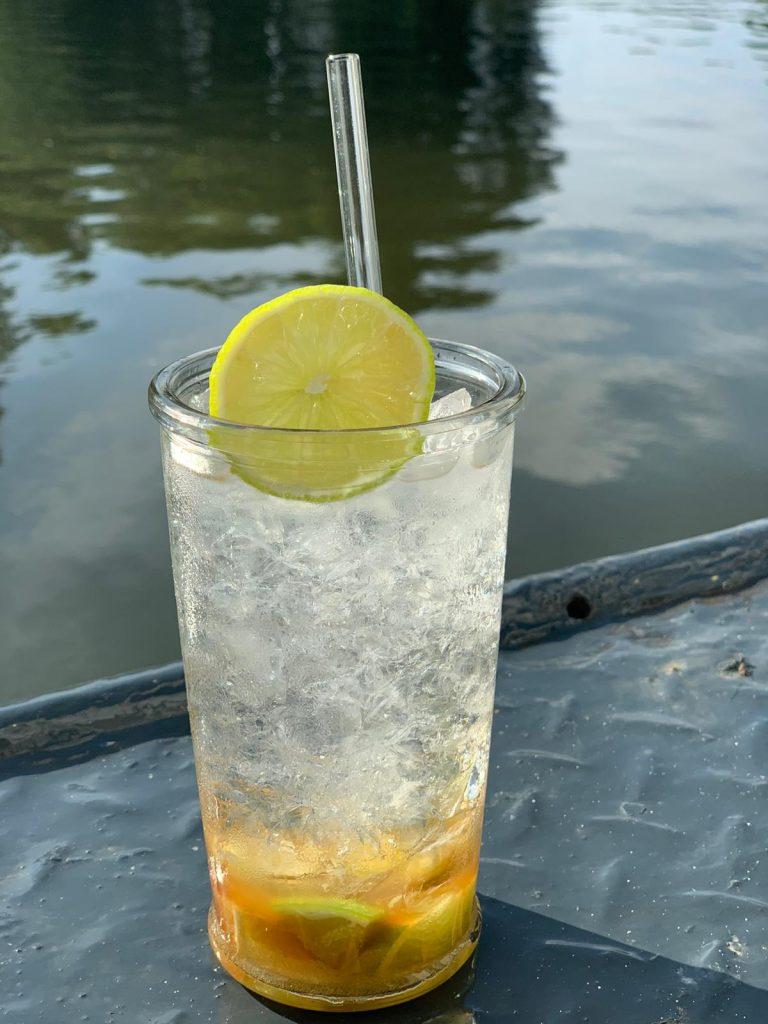 Caipirinha am Wasser