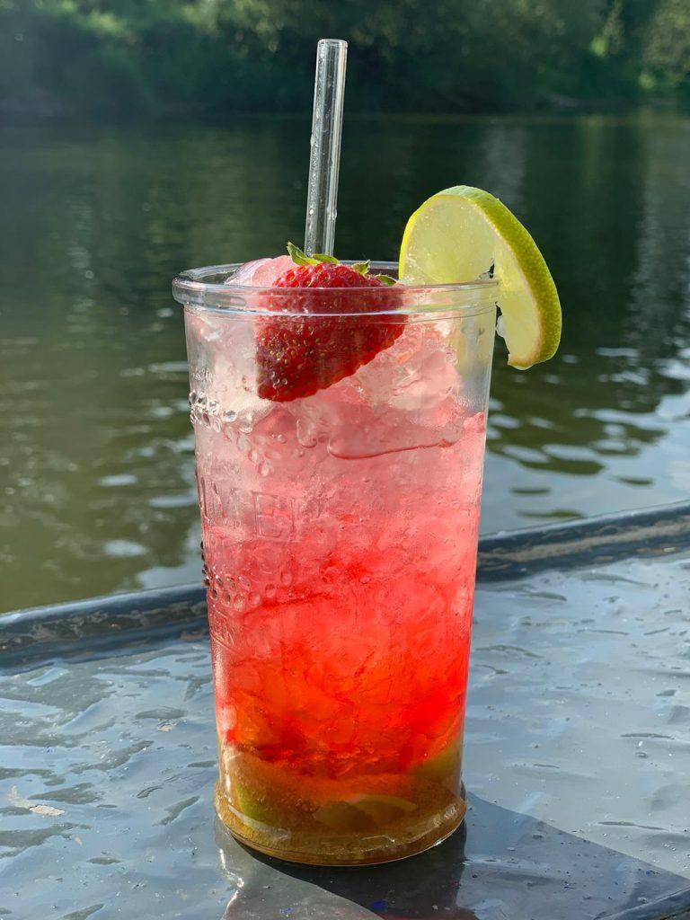 Erdbeercaipi am Wasser